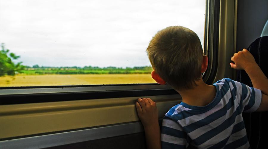 Niño Viajar en Tren Coco y Manuela
