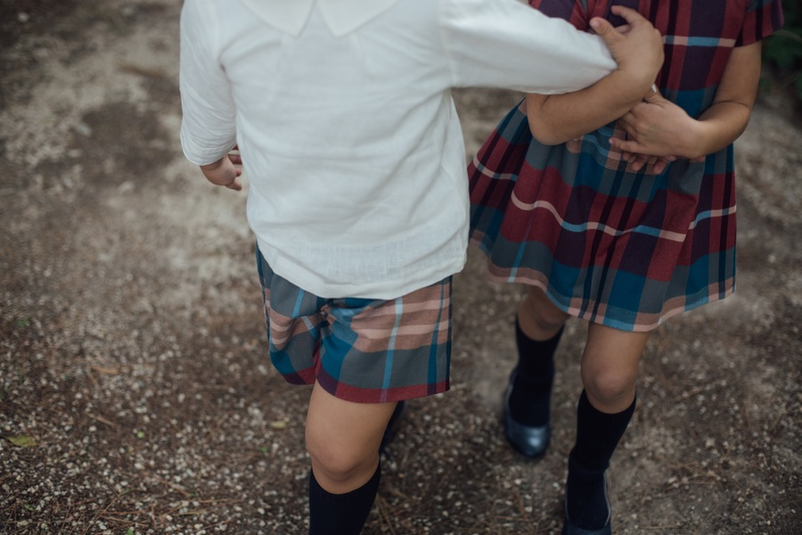 Carla y Daniel, camisa Sainte Claire, Pantalón Knot, Vestido Knot. Foto Kiwo